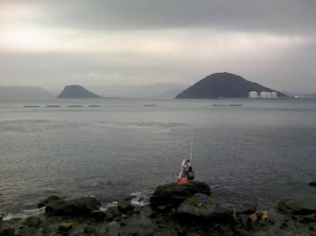 湊近くの海岸 大島、高島 その向こうに鏡山