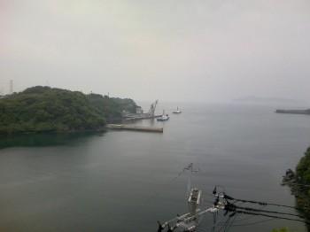 MOX燃料の運搬船を待ち受けるタグボート