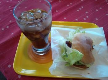 ハンバーガーとコーラで腹ごしらえ